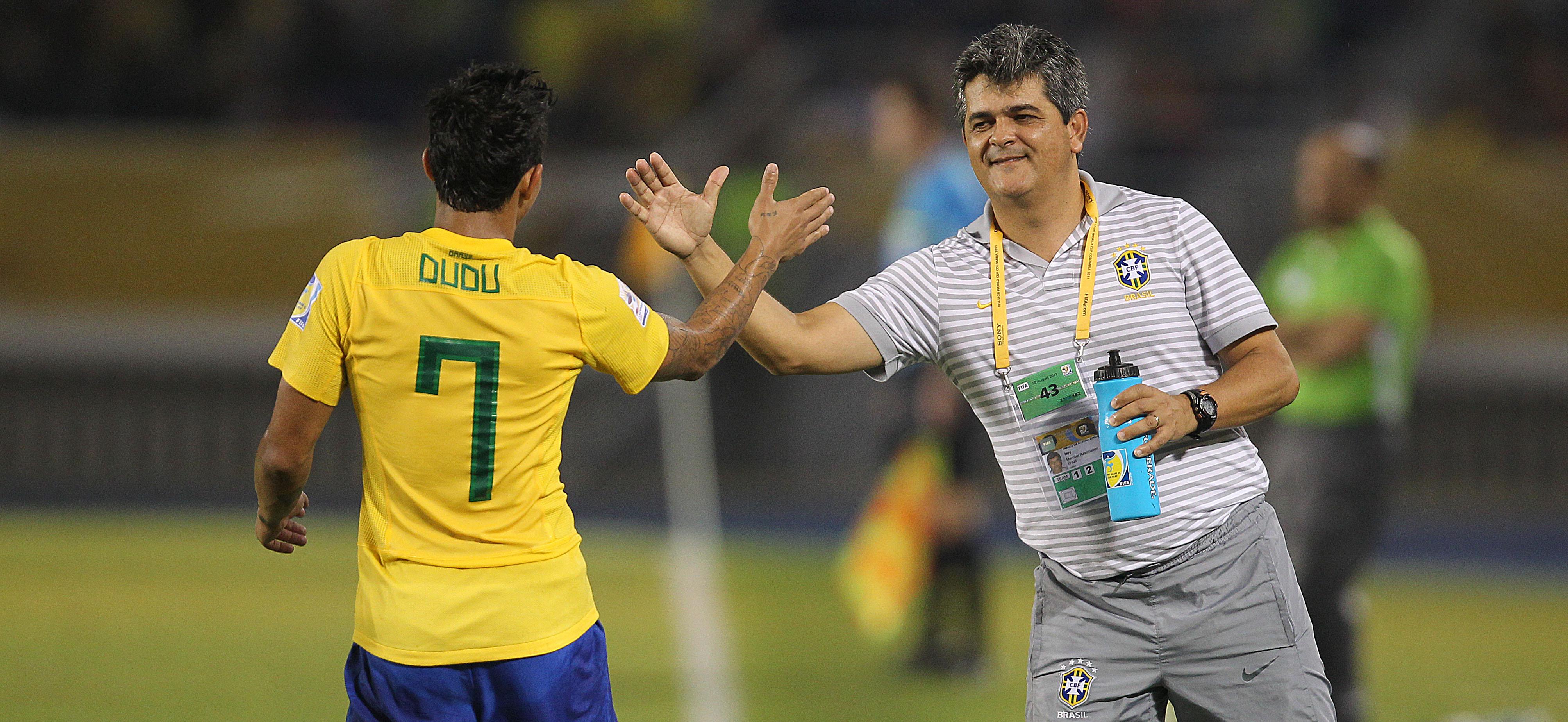 7155c32f0b Ney Franco cumprimenta Dudu após o gol que fechou o 3 a 0 diante da Arábia  Saudita.