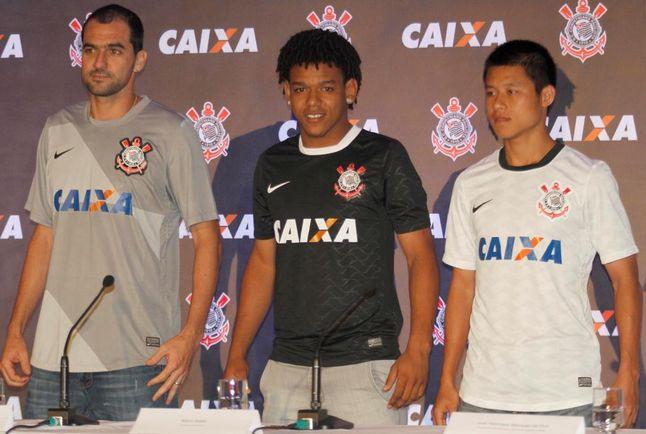 5f49b7d522 Jogadores apresentam camisa com novo patrocínio (Foto  Jorge  Aguiar Lancenet)