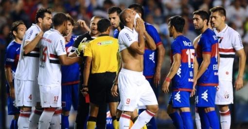 Deixou na mão: Expulsão de Luis Fabiano prejudicou o jogo do São Paulo (foto: AFP PHOTO / DANIEL GARCIA)