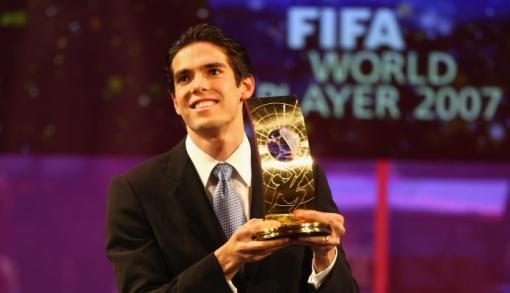 Kaká recebendo o prêmio de melhor jogador do mundo em 2007 (Foto: Gettyimages)
