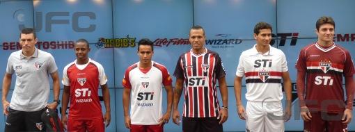 Jogadores desfilaram com as novas camisas do São Paulo para esta temporada (Foto: Luiz Queiroga/Jornalismo FC)