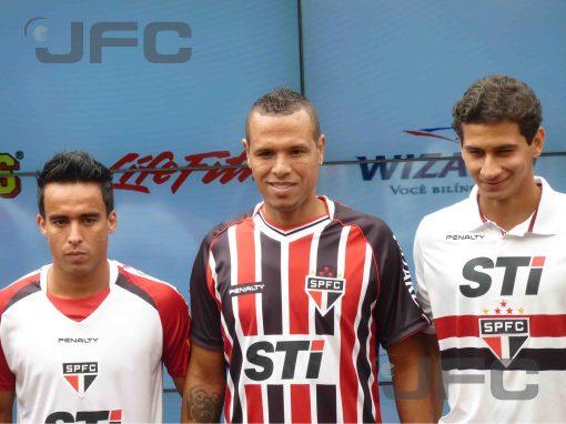 Os novos uniformes foram apresentados pelos principais jogadores do elenco tricolor (Foto: Luiz Queiroga/Jornalismo FC)