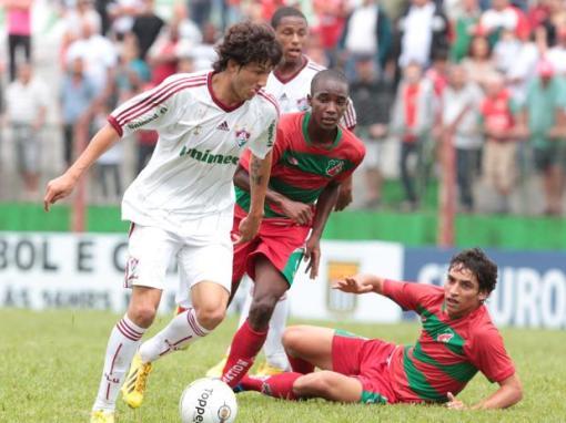 Fluminense apenas empatou, mas conseguiu avançar para a segunda fase da Copinha (Foto: Célio Messias / Gazeta Press)