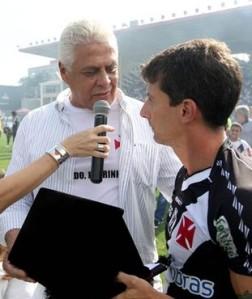 Roberto Dinamite entrega placa comemorativa para o também ídolo Pedrinho (Foto: Marcelo Sadio / Site Oficial do Vasco)