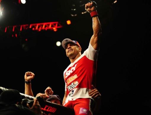 Vitor Belfort comemorando com os fãs (Foto: Marcos Ribolli / Globoesporte.com)