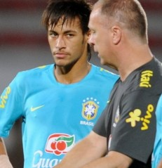 Esqueceram de mim? Mano Menezes e Thiago Silva nem sequer lembraram de Neymar na votação (Foto: AFP PHOTO / ANTONIO SCORZA)