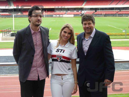 Os responsáveis pela parceria com a Penalty estiveram presentes: Rui Branquinho (esquerda) e Júlio Casares posam com a modelo Fernanda Saldanha (Foto: Luiz Queiroga/Jornalismo FC)