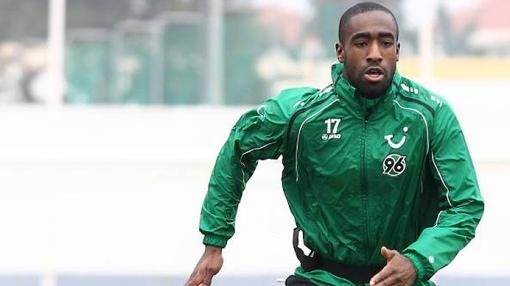 Djourou treinando com as cores do Hannover antes do duelo contra o Schalke 04 (Foto: Site oficial do Hannover 96)