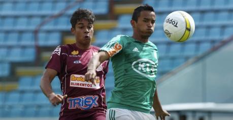 Jogadores de Palmeiras e Sertãozinho disputam a bola durante a partida na Arena Barueri (Foto: Marcos Bezerra/Futura Press)