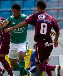 Diegou Souza, do Palmeiras, tenta se desvencilhar da marcação adversária (Foto: Bruno Santos/Terra)