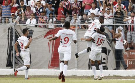 Jogadores do São Paulo comemoram um dos gols da equipe contra o São Carlos (Foto: Rubens Chiri/São Paulo FC)