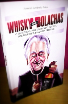 "O livro ""Whisky com Bolachas"" do Juvenal Juvêncio Fake. (Foto: Stephanie Contiero)"