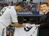 Imagine se mais bilionários resolvessem investir no futebol? Quantas cenas como essa entre Bill Gates e Cristiano Ronaldo veríamos? (Edição: Luiz Queiroga/Jornalismo FC)