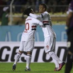 Luis Fabiano comemora com o Jadson o primeiro gol (Foto: AP Photo/Juan Karita)
