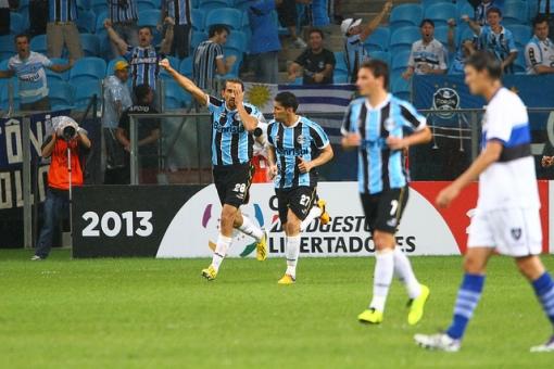 Ao seu estilo, Barcos comemora seu gol na estreia (Foto: Getty Images)