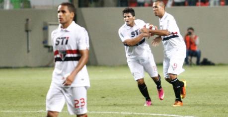 Na pressa para tentar o empate, Aloísio comemorou o gol levando a bola para o centro do campo (Foto: Marcus Desimoni/UOL)