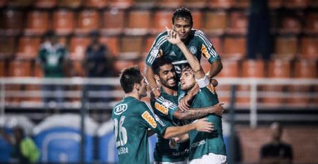 Jogadores do Palmeiras comemoram o primeiro gol da equipe, marcado por Henrique (Foto: Leandro Moraes/UOL)