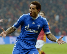 Jones comemora o gol de empate do Schalke 04 (Foto: Getty Images)