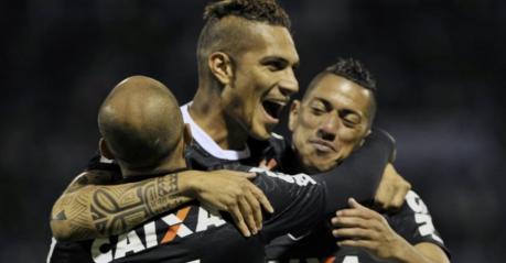 O peruano artilheiro marcou o gol do Timão na partida e comemorou com seus companheiros (Foto: Getty Images)