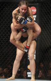 Liz Carmouche tentou surpreender com um mata-leão logo no início da luta (Foto: Getty Images)