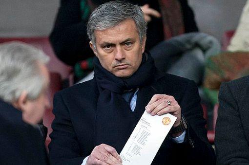 Mourinho acompanhou vitória do Manchester na Premier League (Foto: AP Photo/Jon Super)