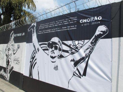 Banner no muro do CT Rei Pelé exaltando a identificação de Chorão com o clube e a cidade de Santos (Foto: Alyson Gonçalo)