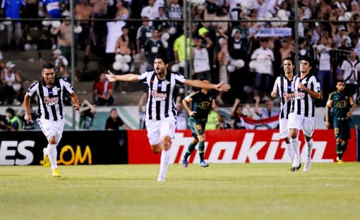 Jogadores do Libertad comemoram o gol (Foto: Norberto Duarte/AFP)