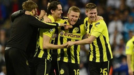Jogadores do Dortmund comemoram a sofrida classificação (Foto: Getty Images)