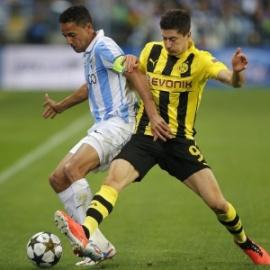 Lewandowski divide a bola com Weiligton (Foto: AFP)