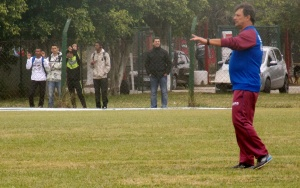 Professor Pimenta comanda treino no CT (Foto: Camila Andrade)