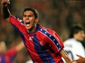 Neymar pode se espelhar no ídolo do Santos Giovanni para ter uma carreira vitoriosa no Barcelona. Giovanni saiu do Peixe para brilhar nos gramados espanhóis, entre 1996 e 1999, quando faturou uma Recopa Europeia (1996/97), duas Copas do Rei (1996-97 e 1998/99), uma Supercopa de Espanha (1997), uma Supercopa Europeia (1997) e dois Campeonatos Espanhois (1997/98 e 1998/99) (Foto: Blaugrana)