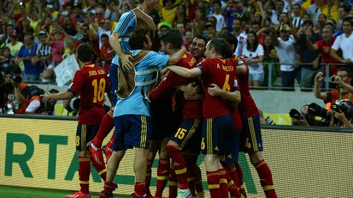 Jogadores espanhois comemoram a suada classificação (Foto: Robert Cianflone/Getty Images)