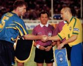 Austrália, 1997: a campeã da Oceania teve um começo de campeonato bom, venceu o México na estreia por 3 a 1 e empatou com o Brasil por um placar sem gols. Na terceira e última rodada da fase de grupos, porém, perdeu para a Arábia Saudita, que havia sofrido oito gols nas duas partidas anteriores – derrotas por 5 a 0 para o Brasil e por 3 a 1 para o México. Mesmo com o revés, passou para a semifinal, surpreendeu o Uruguai e venceu pelo placar mínimo, mas na decisão diante do Brasil levou uma goleada por 6 a 0 do time de Romário. (Foto: CBF)