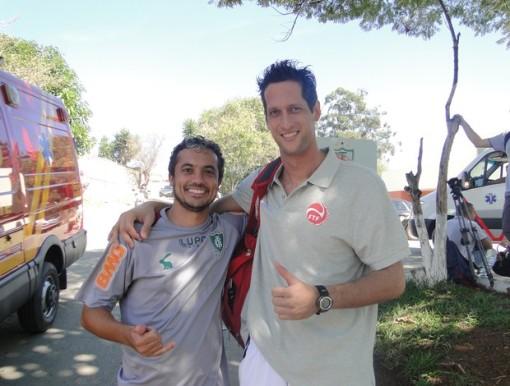 Fisioterapeuta do América-MG ao lado do goleiro do Taiti (Foto: Valeska Silva/ Globoesporte.com)