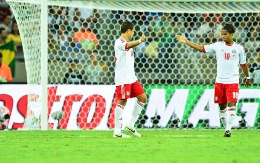 Chicharito e Giovani dos Santos comemoram durante o jogo (Foto: Marcos Ribolli)
