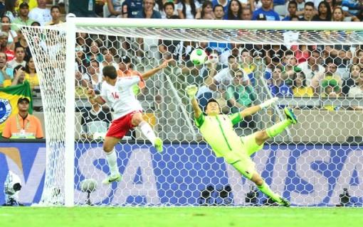 Chicharito se adianta e marca o primeiro gol (Foto: Marcos Ribolli)