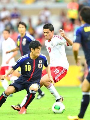 Kagawa é marcado tentando armar jogada pra equipe japonesa (Foto: Marcos Ribolli)