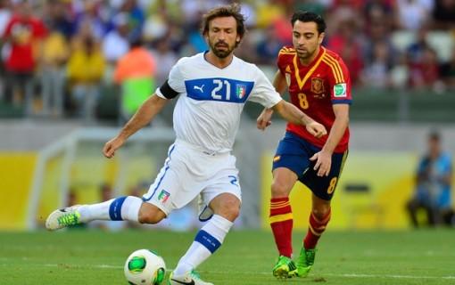 Pirlo e Xavi disputam bola (Foto: AFP)