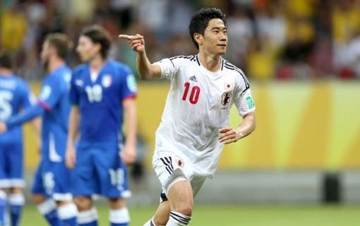 (Legenda: Shinji Kagawa em ação na derrota contra a Itália por 4 a 3/ Foto: Aldo Carneiro/Pernambuco Press)