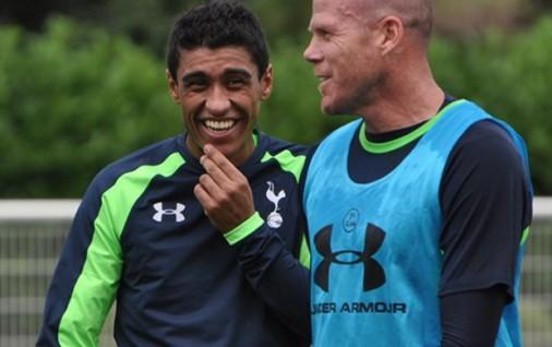 Paulinho já demonstrou facilidade em integrar com os novos colegas (Foto: Divulgação/Spurs)