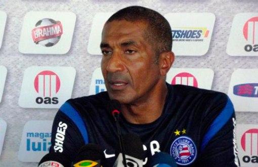 Cristovão Borges faz os últimos ajustes antes da partida contra a Macaca