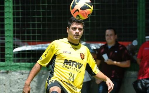 Atacante de origem, Sandrinho será improvisado como lateral-direito, diante do Oeste (Foto: Aldo Carneiro / Pernambuco Press)
