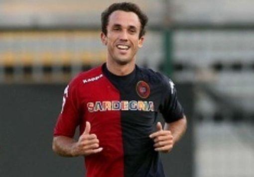 Thiago Ribeiro em ação com a camisa do Cagliari (Foto: Divulgação/Site oficial do Cagliari)