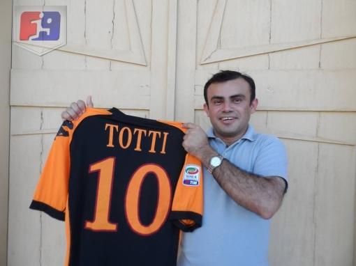 Cornélio mostra com orgulho a camisa de seu maior ídolo no futebol, Francesco Totti ( Foto: Artur Rebouças)