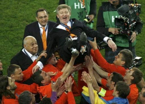 Jogadores do Shakhtar festejam com o dono do clube, Rinat Akhmetov (Foto: Reuters)