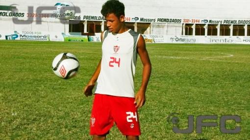 Tiago até garante uma habilidade semelhante a de Neymar, mas a conta bancária já é difícil (Foto: José Marcelo Diaz)