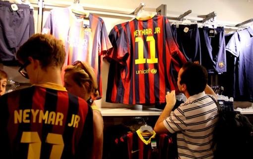A camisa 11 de Neymar já virou febre entre os torcedores culés. (Foto: Luiz Carlos Wessler / Futura Press)