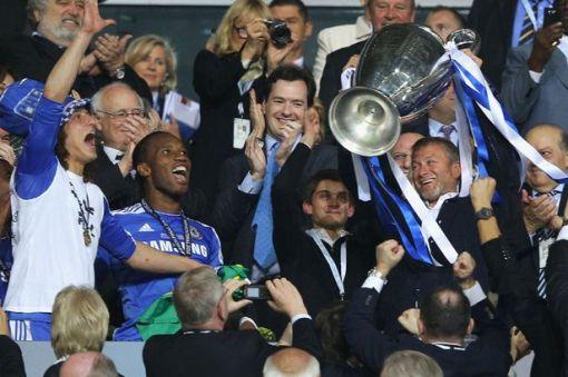 Magnata russo comemora o principal título de sua gestão (Foto: Divulgação Chelsea/FC)