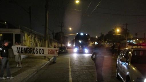 Policia faz a escolta do Santos na chegada ao CT Rei Pele (Foto - Flavio Meireles)