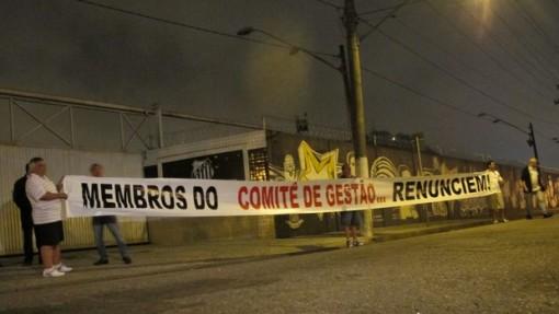 Torcedores pedem a saida do comite de gestao (Foto - Flavio Meireles)